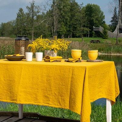 Rudeniškas stalo dekoras: geltona lininė staltiesė su servetėlėmis