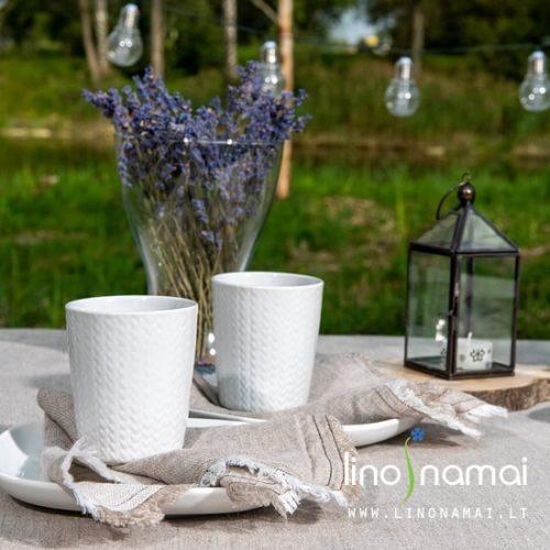 Rudeniškas stalo dekoras: pilka lininė staltiesė su servetėlėmis